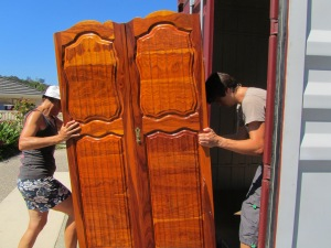 Estelle and Johan pulling a Wardrobe into the container. It remains important that we can get to Narnia wherever one lives! hehe... :) This wardrobe was heavy.